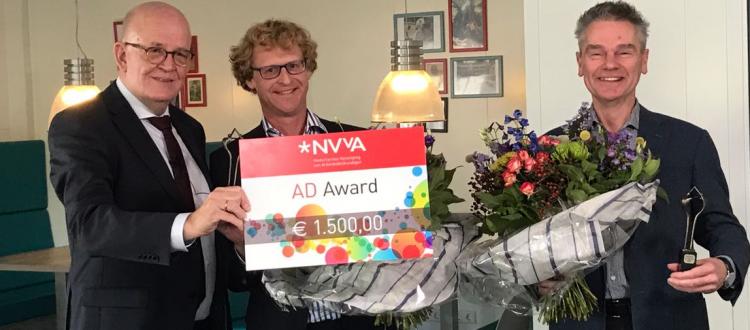 Jurylid Hans Lankhaar van Scolea reikt AD-Award uit